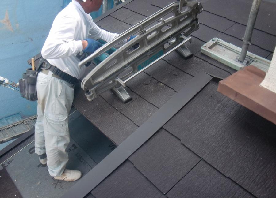 岸和田市土生町の下屋に瓦葺き作業