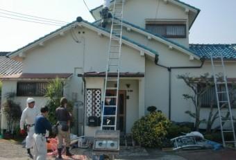 泉南市岡田の屋根葺き替え時に使用する昇降機