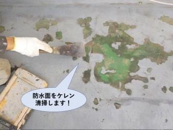泉佐野市の防水面をケレン・清掃します