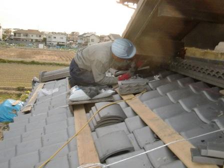 岸和田市東大路町の和瓦の屋根葺き替えで棟瓦の設置など