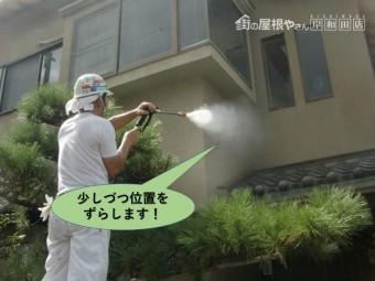 岸和田市の雨漏りの水かけ試験で少しづつ位置をずらしながら水をかけます