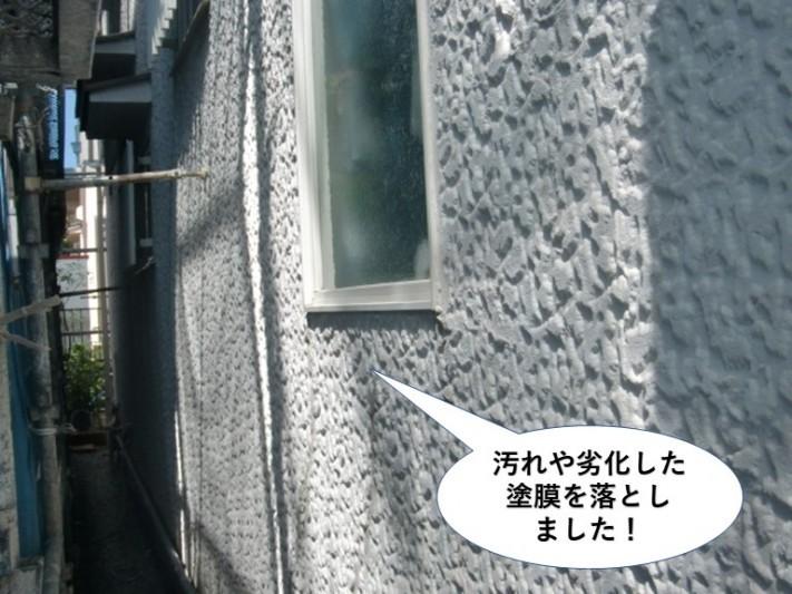 熊取町の外壁の汚れや旧塗膜を落としました