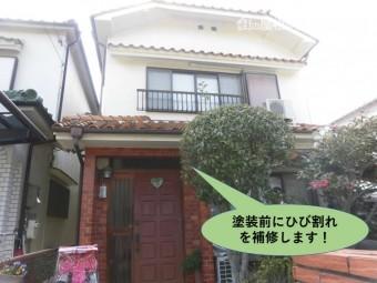 岸和田市で塗装前にひび割れを補修します
