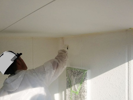 岸和田市上松町の外壁塗装で上塗りの工程