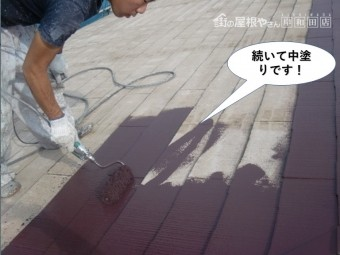 泉大津市の屋根を続いて中塗りです