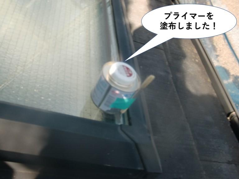 忠岡町の天窓のガラス周りにプライマーを塗布しました