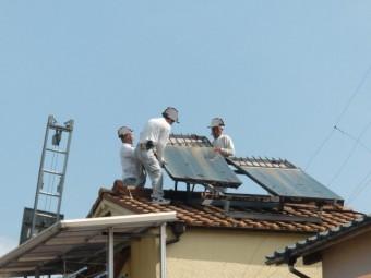 岸和田市の屋根のソーラーパネル撤去中