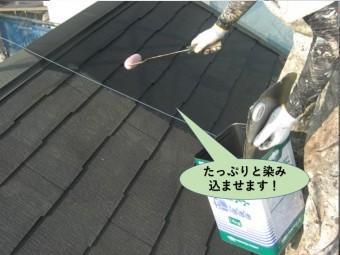 泉佐野市のスレートにシーラーをたっぷりと染み込ませます
