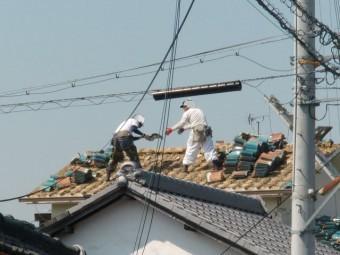 泉南市岡田の屋根瓦撤去作業の様子