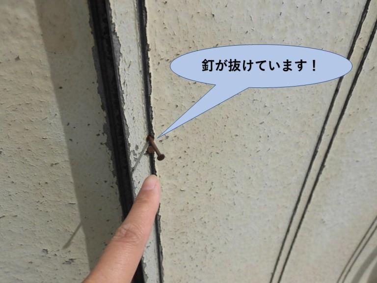 和泉市の化粧ボードの外壁の釘が抜けています