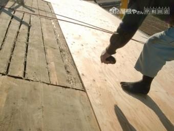 岸和田市東大路町の屋根瓦葺き替えで既存瓦と土の撤去