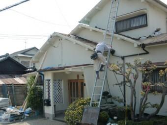 泉南市岡田の屋根の瓦を下ろした様子