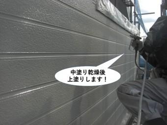 忠岡町の外壁を中塗り乾燥後上塗りします