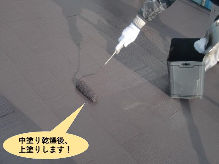 泉大津市の屋根を中塗り乾燥後上塗りします