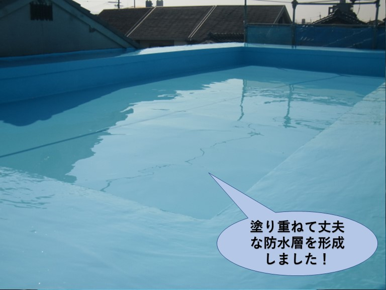 岸和田市の陸屋根に塗り重ねて丈夫な防水層を形成