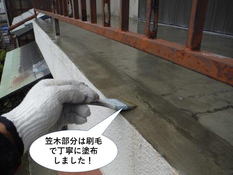 泉大津市のベランダの笠木部分は刷毛で丁寧に塗布