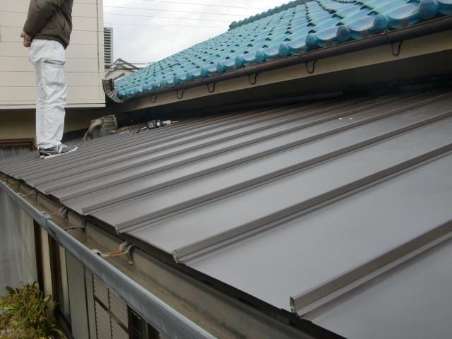 岸和田市の住宅ガルバリューム鋼板縦平葺き