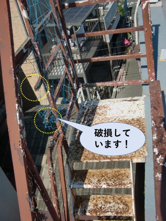 岸和田市の鉄骨階段が破損しています!