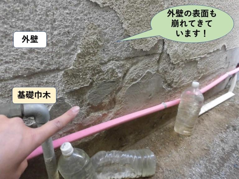 岸和田市の外壁の表面も崩れてきています
