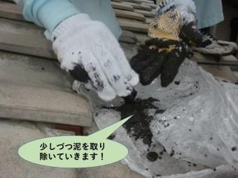 泉大津市の雨樋の中を少しづつ泥を取り除いていきます
