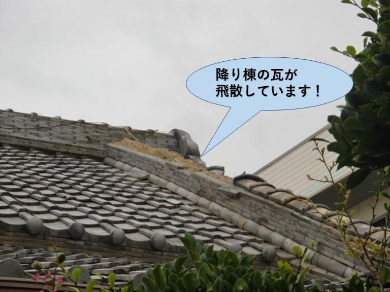 岸和田市で降り棟の瓦が飛散し蔵の破風板や漆喰壁も剥がれていました