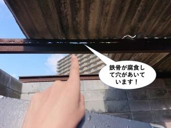 和泉市のごみ置き場の鉄骨が腐食して穴があいています
