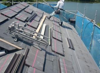 岸和田市土生町で屋根の上に屋根材搬入
