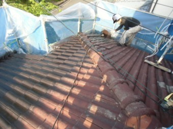 岸和田市天神山町の屋根を吹き付けで下塗り