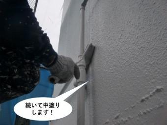 岸和田市の外壁を続いて外壁を中塗りします!