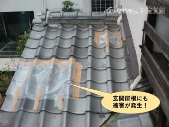 貝塚市の玄関屋根にも被害が発生