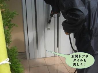 泉佐野市の玄関ドアやタイルも洗浄