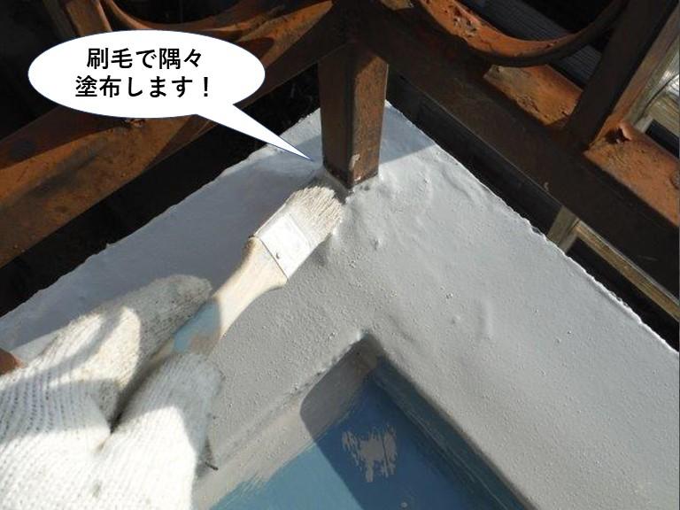 泉大津市のベランダに刷毛で隅々塗布します
