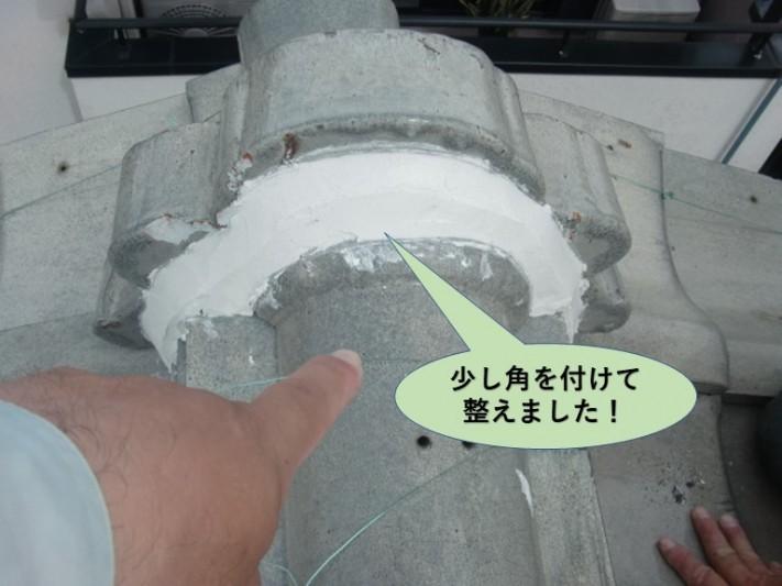 岸和田市の鬼瓦の取り合いの漆喰に少し角を付けて整えました