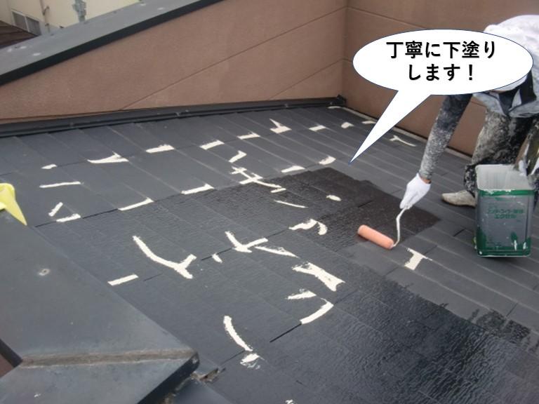 熊取町の屋根を丁寧に下塗りします