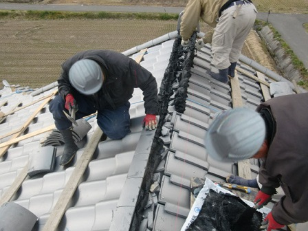 岸和田市東大路町の和瓦の屋根の葺替えで大棟の設置