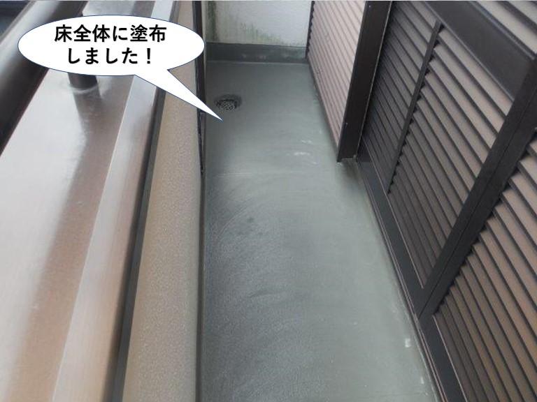 泉南市のベランダの床全体にカチオンクリートを塗布