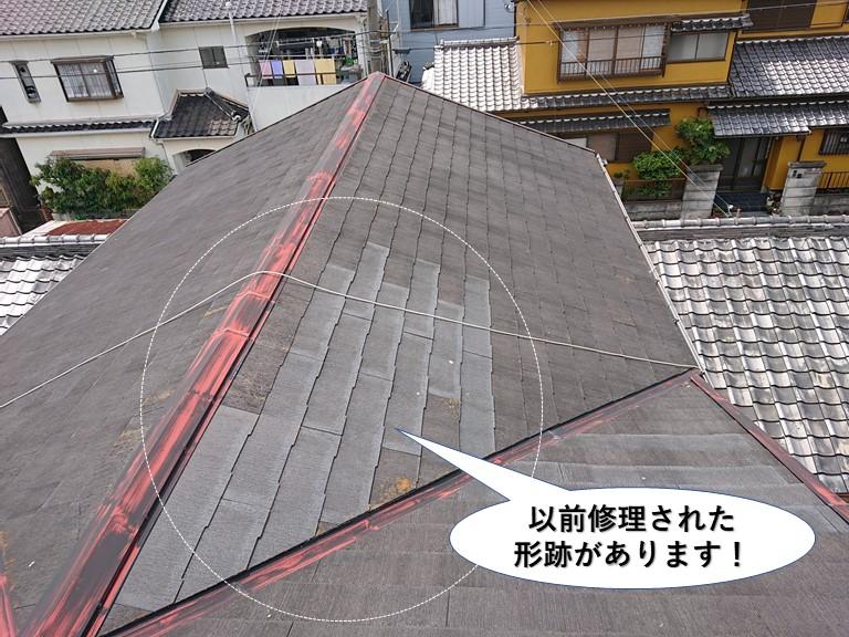 岬町の屋根に以前修理された形跡があります