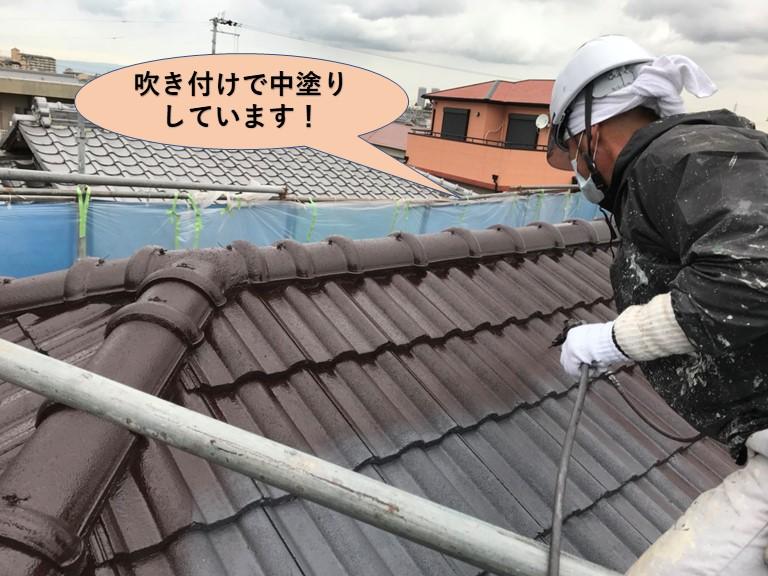 岸和田市の屋根を吹き付けで中塗り
