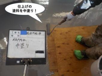和泉市のベランダ防水の仕上げの塗料を中塗り
