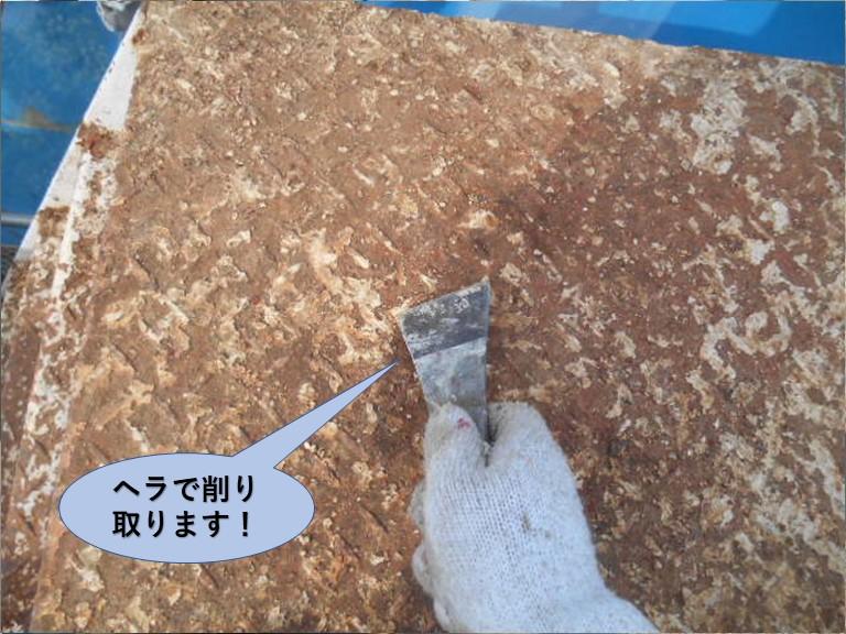 岸和田市の鉄階段の踊り場の錆をヘラで削り取ります