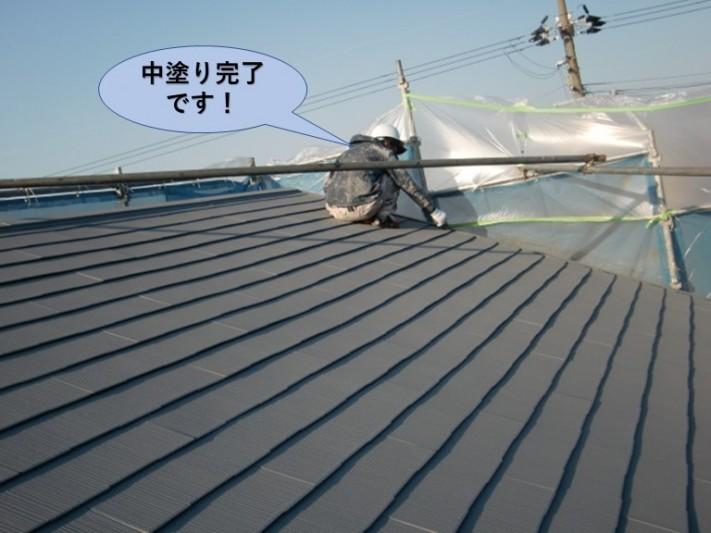 岸和田市の屋根を中塗り完了です