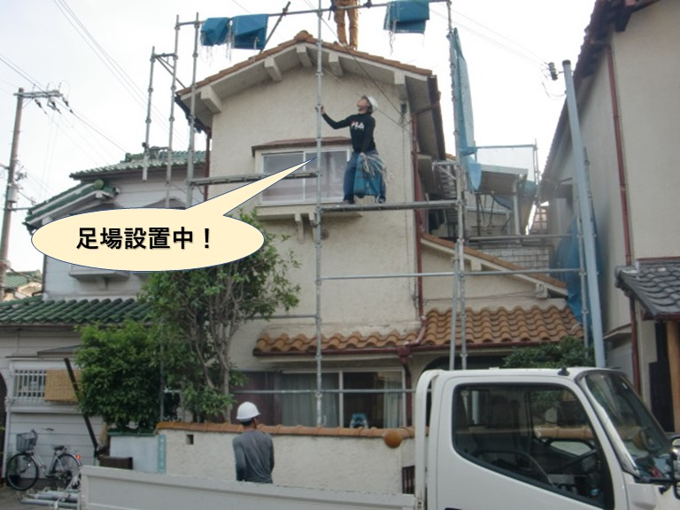 岸和田市で足場設置中