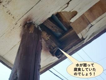 泉南市の玄関屋根に水が廻って腐食したいたのでしょう