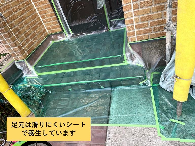 熊取町の足元は滑りにくいシートで養生