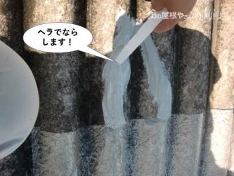 和泉市のコーキングをヘラで均します