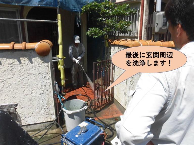 岸和田市の高圧洗浄で最後に玄関周辺を掃除します