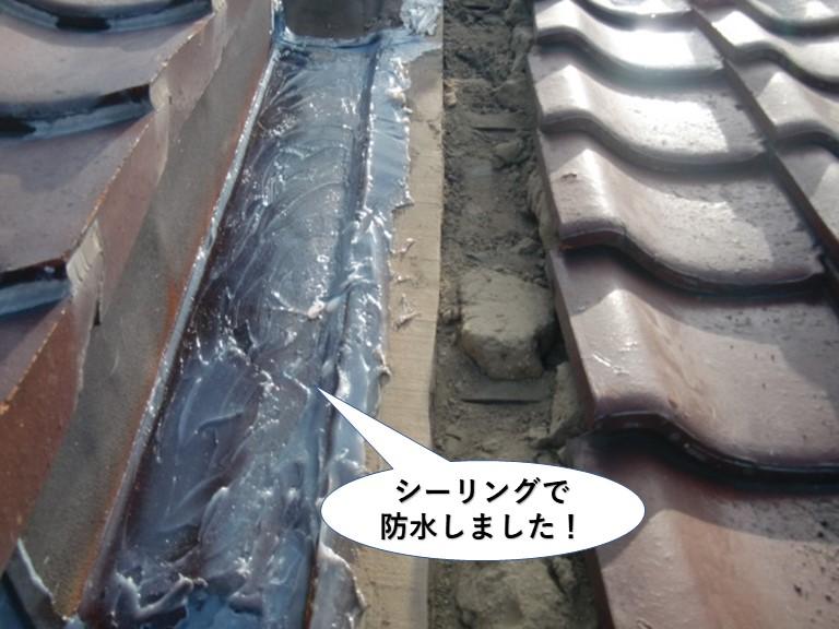熊取町の谷樋をシーリングで防水