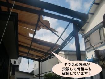 和泉市のテラスの波板が飛散して骨組みも破損
