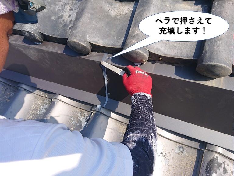 貝塚市のシーリングをヘラで押さえて充填します