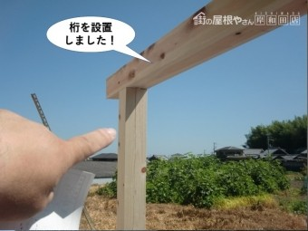岸和田市のテラスの柱の上に桁を設置しました